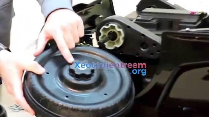 Quy trình kiểm tra xe ô tô điện cho bé sau khi mua hàng 2